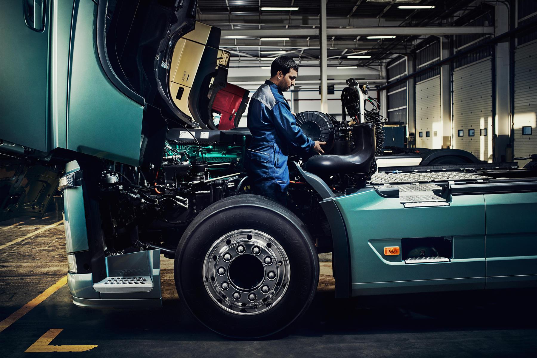 Экскурсия по заводу Volvo Trucks: люди пока побеждают роботов