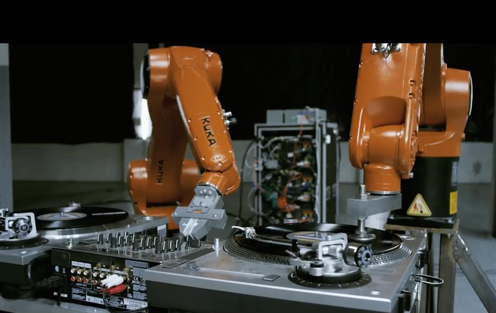 Робот ди-джей зажигает в ночном клубе