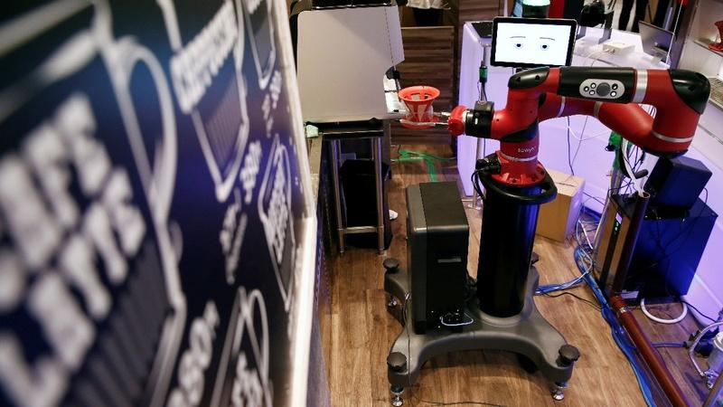 Робот-бариста в странном кафе